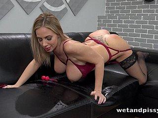 Rondborstige blonde slet masturbeert