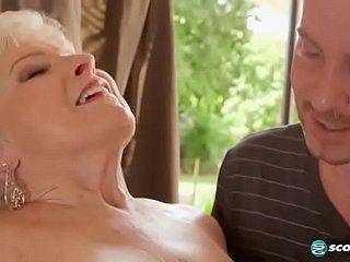 Raul neukt met de moeder van zijn vriend